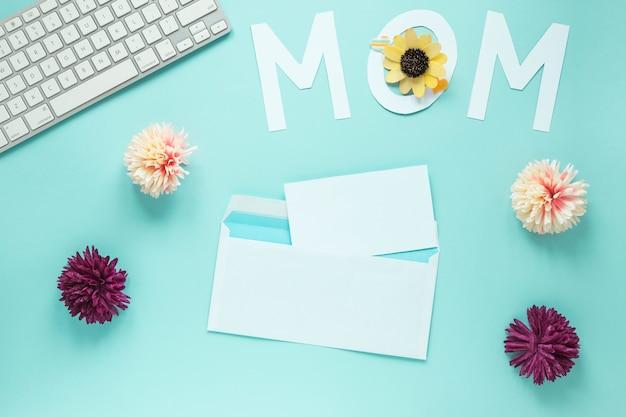 Mama napis z kwiatami i klawiaturą