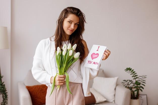 Mama otrzymała kartę podarunkową i bukiet tulipanów