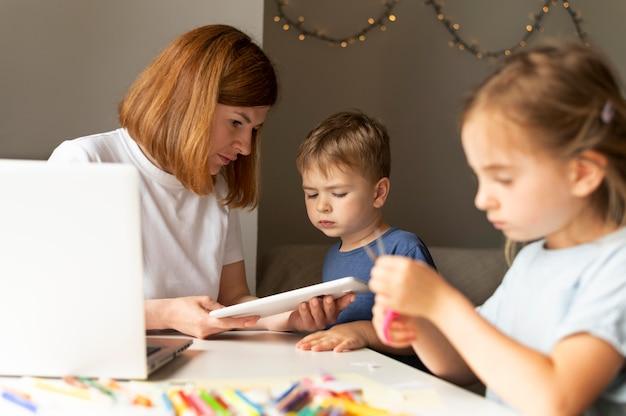 Mama pomaga swoim dzieciom w odrabianiu lekcji