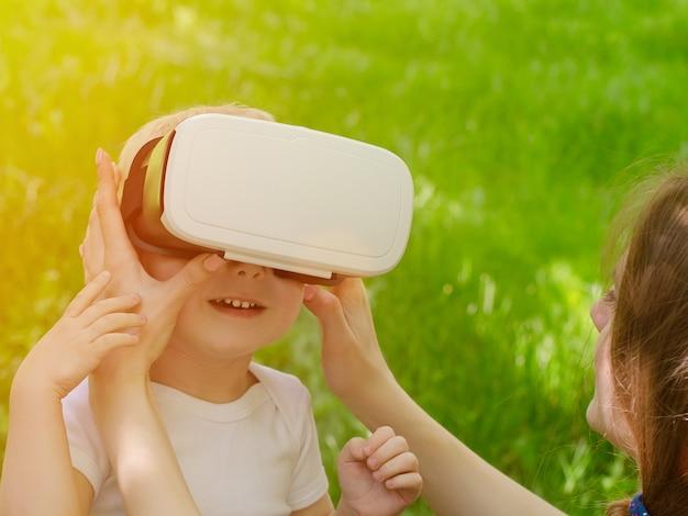 Mama poprawia okulary syna wirtualnej rzeczywistości