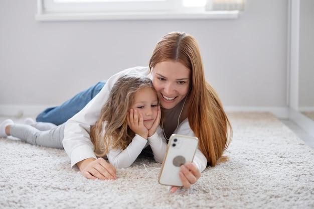 Mama prowadzi rodzinną rozmowę wideo z córką
