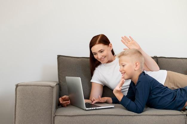 Mama prowadzi rodzinną rozmowę wideo ze swoim synem