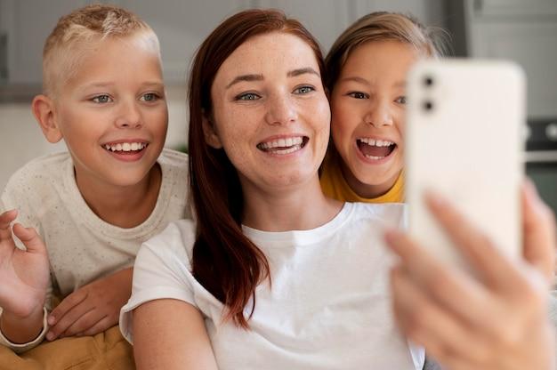 Mama przeprowadza rodzinną rozmowę wideo ze swoimi dziećmi