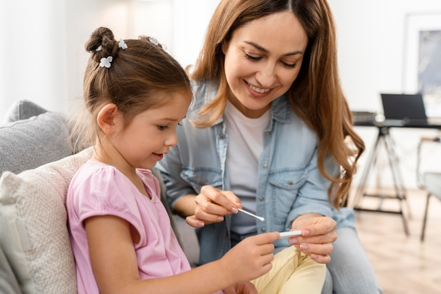 Mama robi domowy test na robaczycę u swojej córki