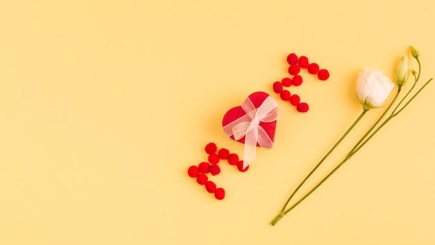 Mama słowo i serce w pobliżu kwiatów