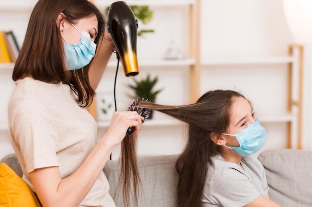 Mama susząca włosy dziewczyny