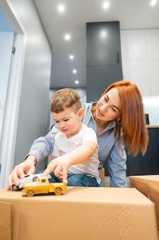 Mama, synek bawią się zabawką w domu