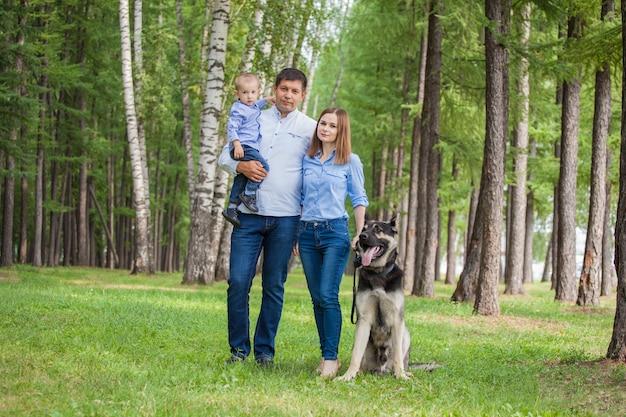 Mama, tata i syn na spacerze z pasterzem po lesie