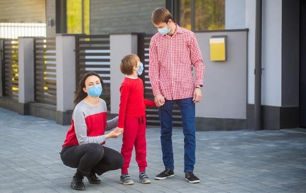 Mama tato i chodzenie na spacer w maskach chirurgicznych.