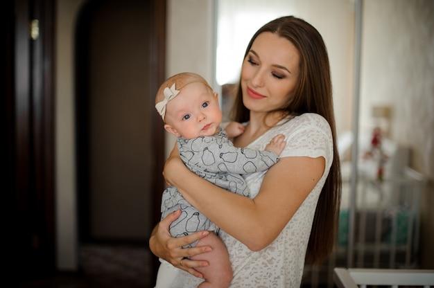 Mama trzyma jej małą córeczkę na rękach