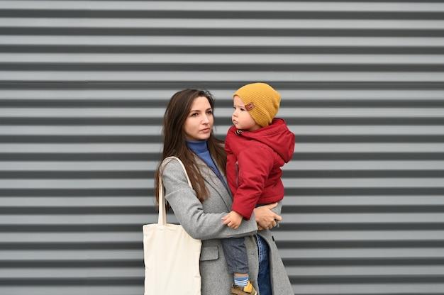 Mama z chłopcem malucha na szaro