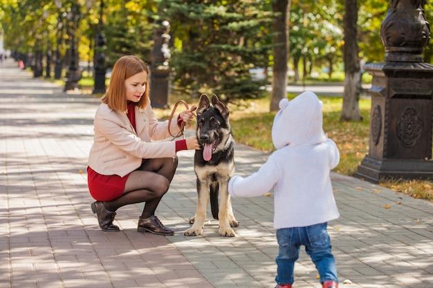 Mama z synem na spacerze po parku