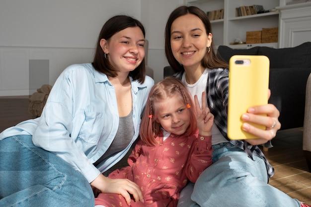 Mamusie spędzają czas z córką w domu