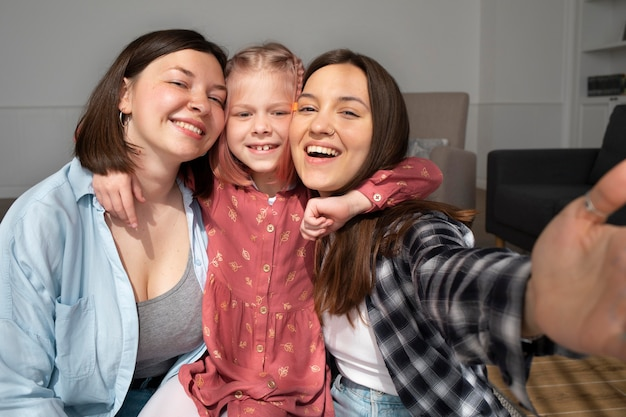 Mamusie spędzające czas z córką w domu