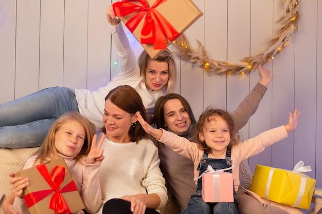 Mamy i dzieci wspólnie świętują boże narodzenie
