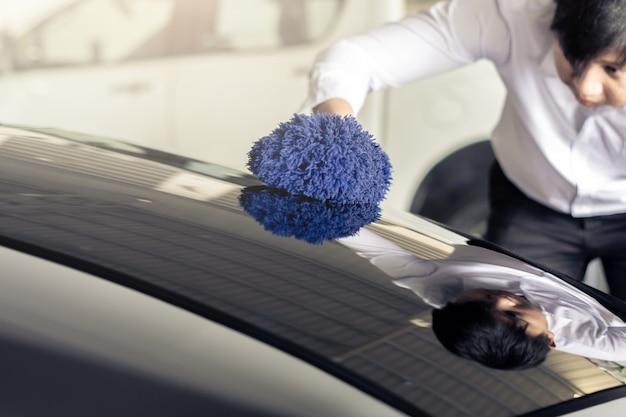 Man asian inspekcji i czyszczenia myjnia samochodowa