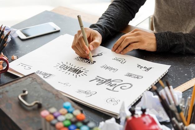 Man drawing illustartion pad paper palette design czcionek
