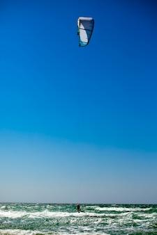 Man kiteboarding na morzu śródziemnomorskim