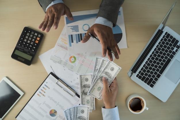 Man korupcja pieniędzy dolarów analizując wzrost zysku finansowego handlu funduszy i wymiany walut koncepcja korupcji dolarów amerykańskich