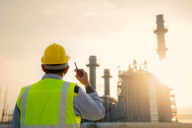 Manager engineering in standard safety uniform working w elektrowni gazowej z turbiną gazową