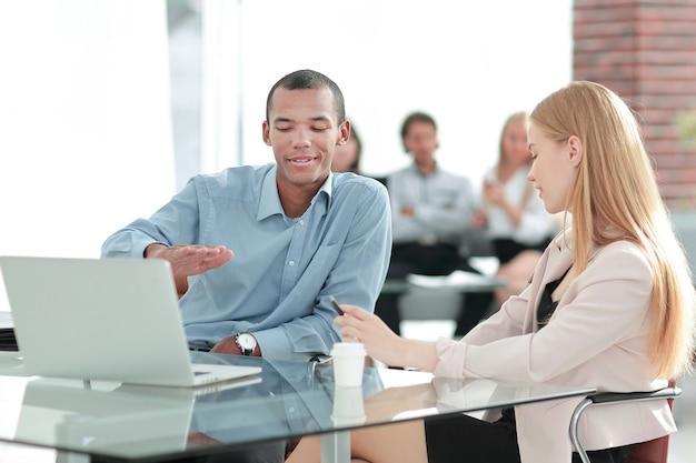 Manager omawiający z klientem warunki umowy .koncepcja współpracy