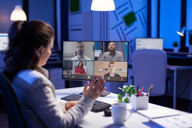 Manager podczas wideokonferencji online z zespołem firmowym po północy