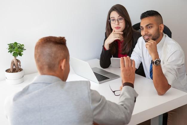 Manager szczycący się kolegami z wyników sprzedaży