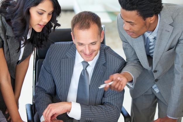 Manager z pracownikami pracującymi w biurze