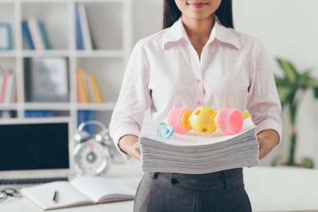 Manager z zabawkami dla niemowląt