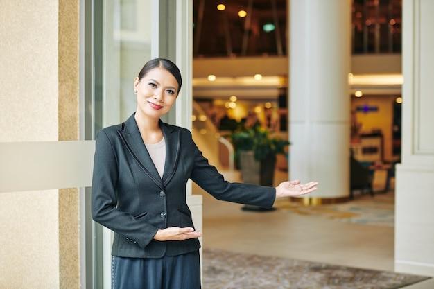 Manager zapraszający do hotelu
