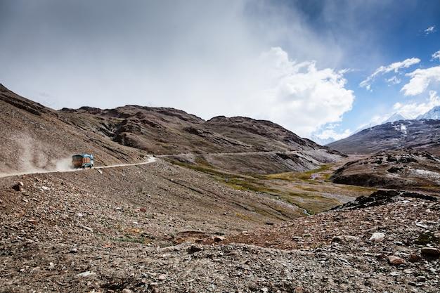 Manali-leh road w indyjskich himalajach z ciężarówką