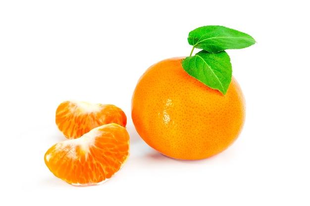 Mandarynka lub mandarynka na białym tle na białe tło wyłącznik.