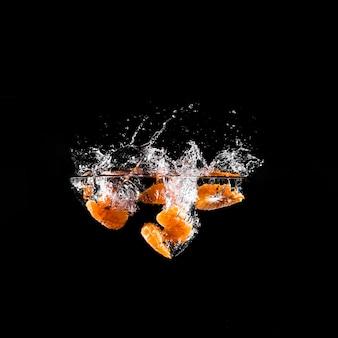 Mandarynka zanurzająca się w wodzie