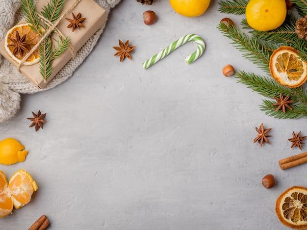 Mandarynki, gałęzie jodły i anyż cynamon, tło uroczysty dekoracji