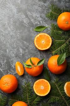 Mandarynki i gałązki sosny