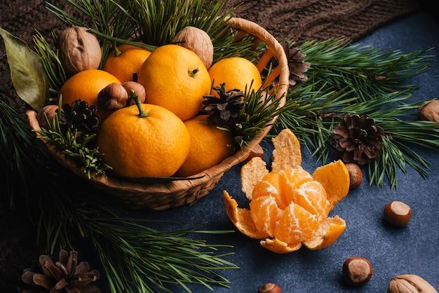 Mandarynki, Orzechy Włoskie I Orzechy Laskowe Ozdobione Szyszkami I Gałęziami Premium Zdjęcia