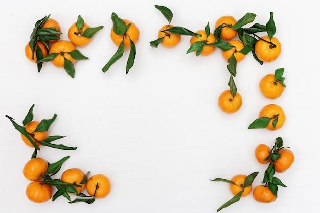 Mandarynki z zielonymi liśćmi