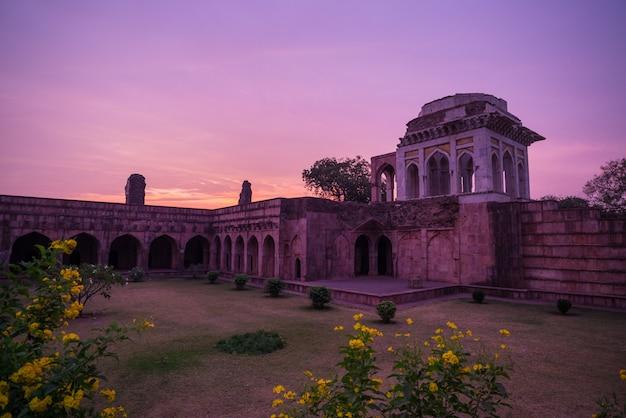 Mandu indie, afgańskie ruiny królestwa islamu, pomnik meczetu i muzułmański grób