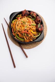 Mandżurski makaron hakka lub schezwan, popularne indochińskie jedzenie podawane w misce. selektywne skupienie