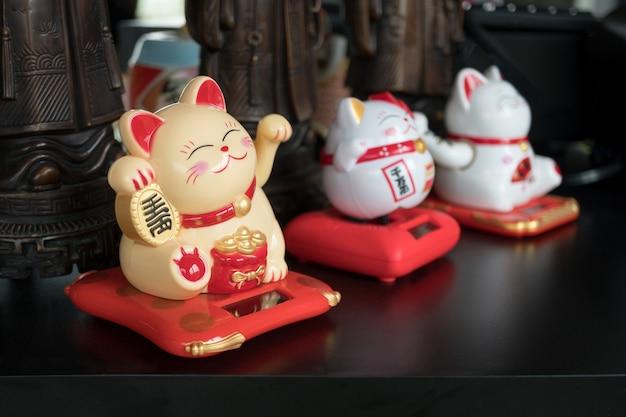 Maneki neko japońskie figury szczęśliwego kota