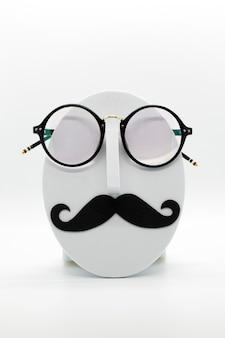Manekin moda męska na sobie modne okulary na białym tle