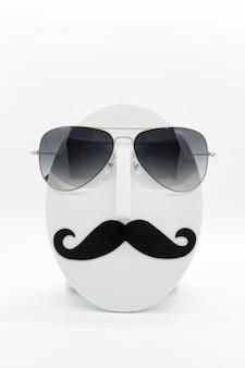Manekin Moda Męska Na Sobie Modne Okulary Przeciwsłoneczne Na Białym Tle. Premium Zdjęcia