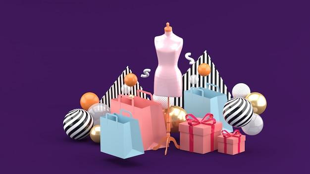 Manekin na środku torby na zakupy i pudełko na fioletowym tle