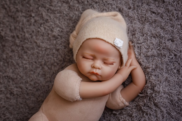 Manekin noworodka z bliska do ćwiczenia w fotografii noworodka