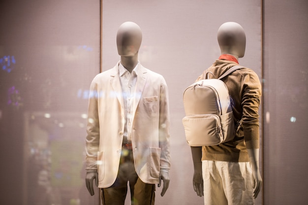 Manekin w męskiej odzieży w oknie wystawowym