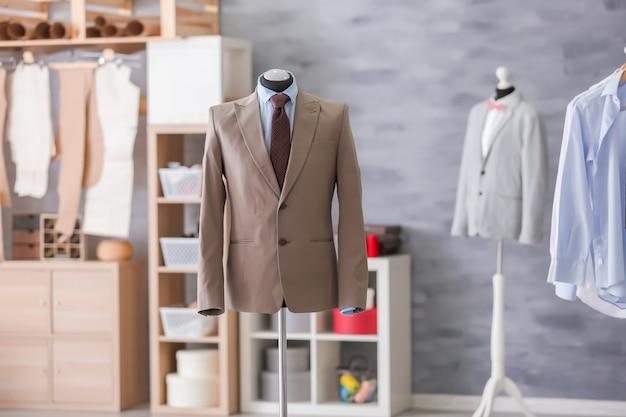 Manekin z eleganckim garniturem w warsztacie krawieckim