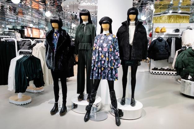 Manekiny ubrane w damskie ubrania codzienne w sklepie centrum handlowego, kolekcji jesienno-zimowej