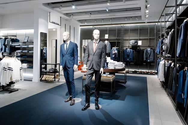 Manekiny ubrane w męskie ubrania codzienne w sklepie centrum handlowego