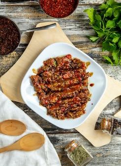 Mangal sałatkowy cebulkowy czosnku pomidorowy odgórny widok
