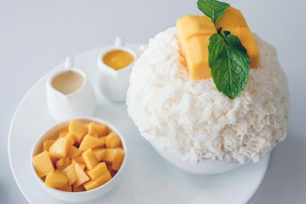 Mango bingsu i desery z ogolonego lodu z mango